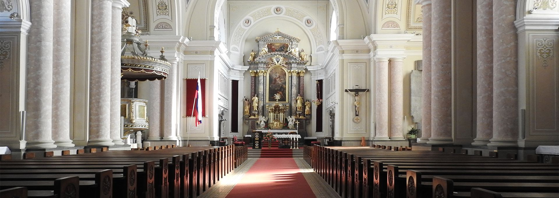 Nedeljskega bogoslužja v župnijski cerkvi svetega Vida se udeležuje 1.100 župljanov